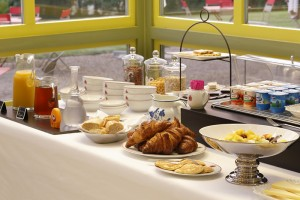 Buffet du petit déjeuner au château de La Rozelle avec des mets sucrés et salés