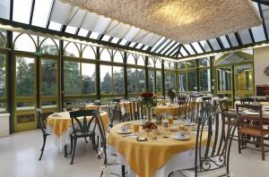 jardin d'hiver salle de restaurant préparé pour le petit-déjeuner