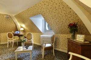 Salon du second étage du château de La Rozelle avec business corner